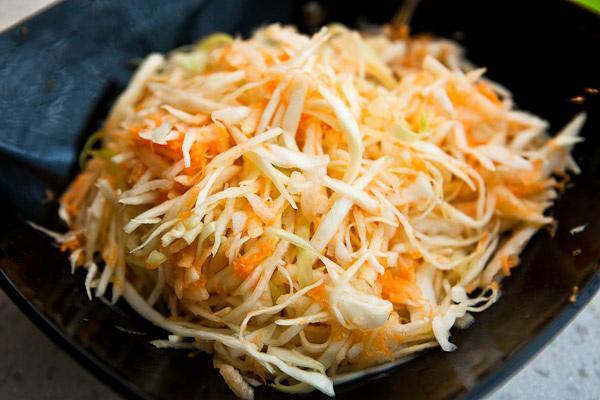 Салат с капустой и яблоком и морковью рецепт